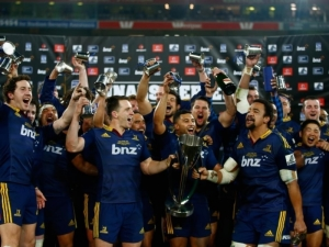Highlanders_players_lift_Super_Rugby_trophy